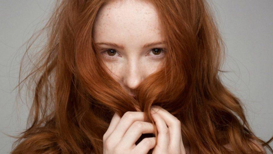 Cómo eliminar el tono naranja del cabello después de un tinte
